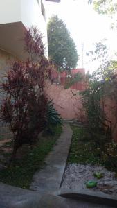 A garden outside Casa confortável próxima ao centro de Poços