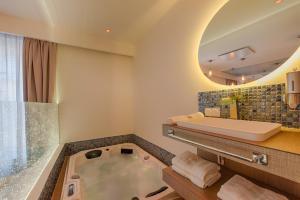 A bathroom at Ô'dreams Loft & Spa
