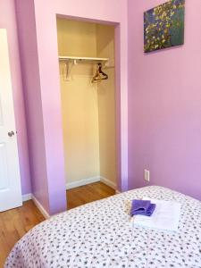A bed or beds in a room at Jenny's Apartments - Upper East Side