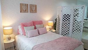 A bed or beds in a room at Casa Faroleiro