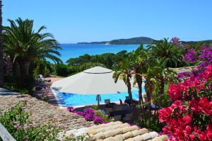 Vue sur la piscine de l'établissement Residence Fenicia ou sur une piscine à proximité