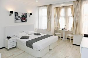 A bed or beds in a room at Metro Suites Taksim
