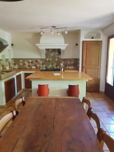 A kitchen or kitchenette at Maison les Salles-sur-Verdon