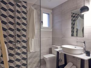 A bathroom at Chris & Jo Villas