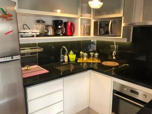 Una cocina o zona de cocina en Punta del Este Lux Tower