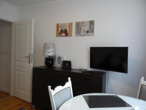 A television and/or entertainment centre at Biały Apartament 6-8 osób plus dostawka