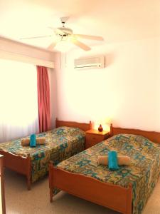 A bed or beds in a room at Coral Bay 25