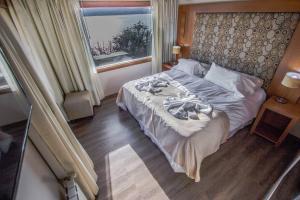 Una cama o camas en una habitación de Bahia Paraiso Luxury Suites Boutique Hotel