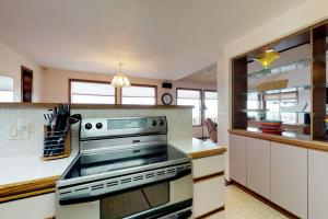 A kitchen or kitchenette at Impressive Oceanfront Home