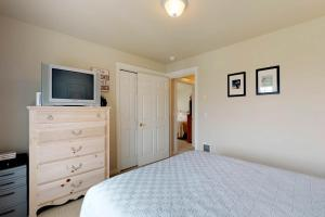 A bed or beds in a room at Spyglass