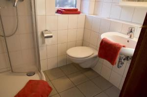A bathroom at Ferienwohnung Dallacker FeWo Nr. 5