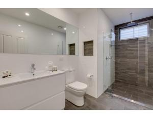 A bathroom at Designer family home between beach and city