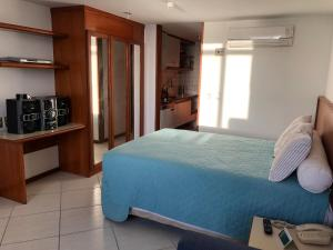A bed or beds in a room at Flat Sol Victoria Marina