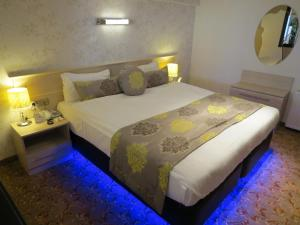 A bed or beds in a room at Tempo Residence Comfort Izmir