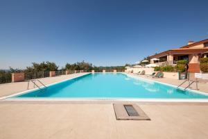 The swimming pool at or close to Il Castelluccio