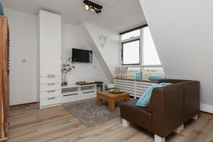 Telewizja i/lub zestaw kina domowego w obiekcie Beach House Egmond aan Zee
