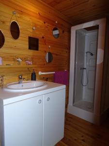 Salle de bains dans l'établissement Les Gîtes du Bouyssou