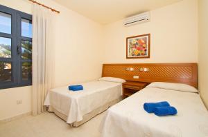 Een bed of bedden in een kamer bij Sun Grove Villas & Spa