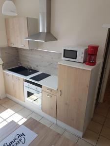 Cuisine ou kitchenette dans l'établissement Gîtes Le Clos Du Val Marin