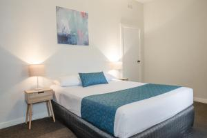 A bed or beds in a room at Greenways Apartments