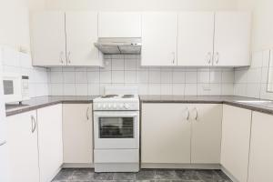 A kitchen or kitchenette at Greenways Apartments