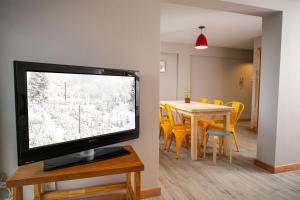 Una televisión o centro de entretenimiento en Mitre con Vista al lago 8 Pax