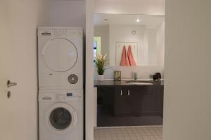 A kitchen or kitchenette at Luxurious 3 bedroom apartment with private parking