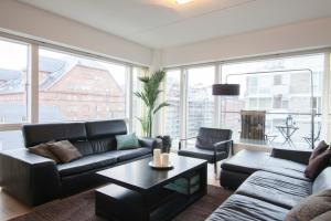 A seating area at Luxurious 3 bedroom apartment with private parking