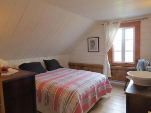 A bed or beds in a room at la vieille Maison Rouge
