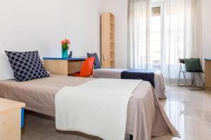 A bed or beds in a room at ALTIDO Rainbow Aparment