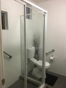 A bathroom at Beachlander Holiday Apartments