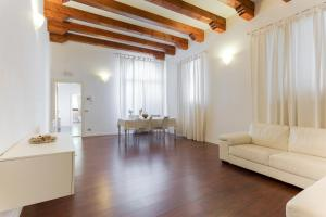 A seating area at Padova White Flat