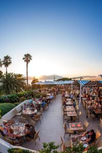 Un restaurante o sitio para comer en Residence Club Marina Viva