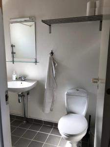 A bathroom at Frydendal