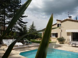 The swimming pool at or near Villa Liodrey les Pins