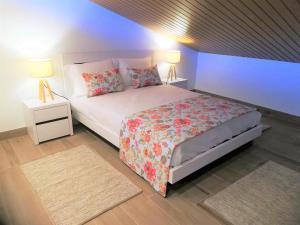 A bed or beds in a room at Alojamentos Campo & Mar - Vivenda Golden House