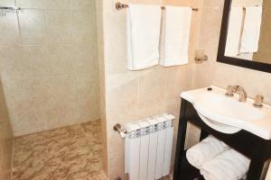 Un baño de Apartamentos Rolando