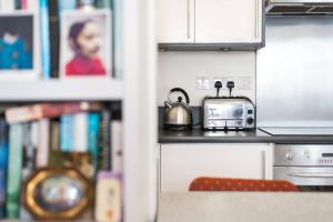 A kitchen or kitchenette at Bright 1BR Home near Arsenal Stadium w/Balcony