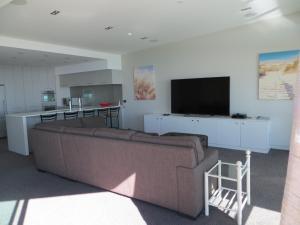 Телевизор и/или развлекательный центр в Cutterscove Resort Apartments