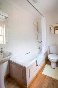 A bathroom at Woodcroft Cottage