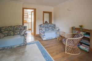 A seating area at Woodcroft Cottage