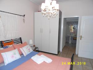A bed or beds in a room at Spacious Apartment