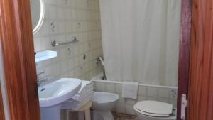A bathroom at Apartment Torres Mari