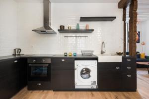 Kuchyň nebo kuchyňský kout v ubytování Louvre Apartment