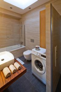 A bathroom at Luxoise Apartments