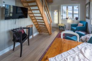 A seating area at Sakrisøy Mini Apartment