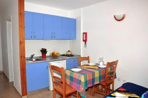 A kitchen or kitchenette at S'Arenal Apartments