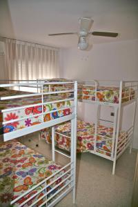 Een stapelbed of stapelbedden in een kamer bij Piso Centro Torremolinos