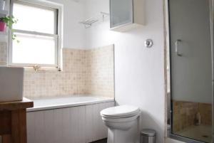 A bathroom at 2 Bedroom Victorian Flat in Putney