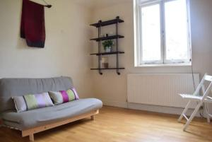 A seating area at 2 Bedroom Victorian Flat in Putney